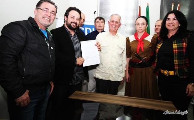 Assinatura de convênio para realização do espetáculo a Tomada de Laguna